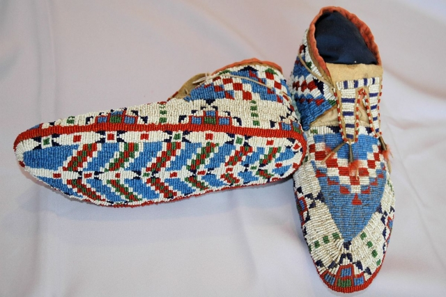 Native american moccasins footwear native american crafts for What crafts did the blackfoot tribe make